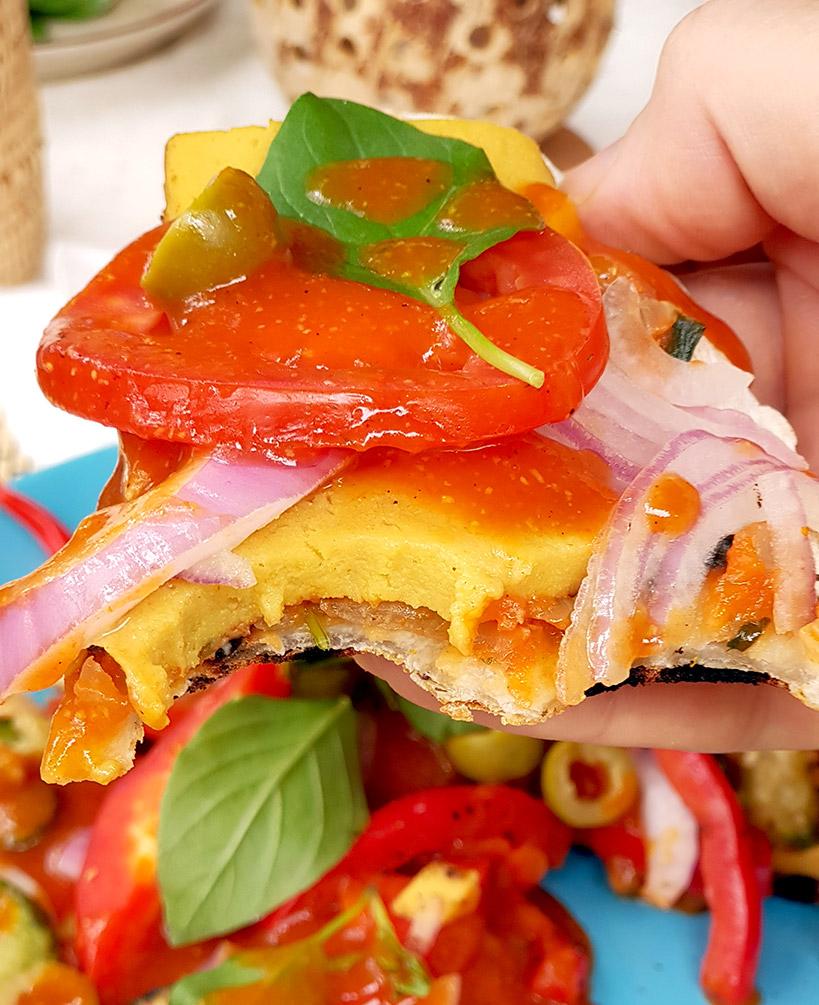 Вкусна пица на тиган с много зеленчуци и веган кашкавал